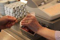 kasjerka przy kasie fiskalnej