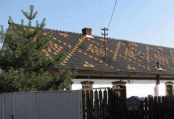Wyraźny wzór utworzony dachówkami konkretnego koloru na tle wykonanym z innych dachówek