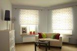 Białe rolety w domowych wnętrzach